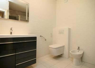 Installation d'une salle de bains entièrement adaptée aux personnes à mobilité réduite