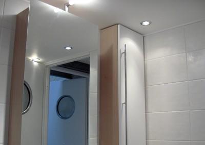 Installation de spot au plafond dans une salle de bains