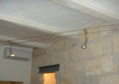 Mise en place de spots sur câble tendu au plafond