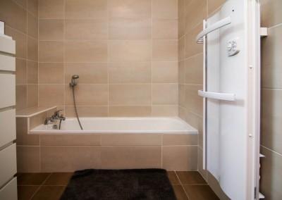 Installation d'une salle de bains avec baignoire