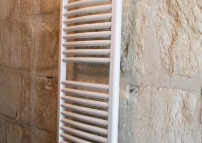 Installation d'un seche serviette dans une maison en pierre rénovée